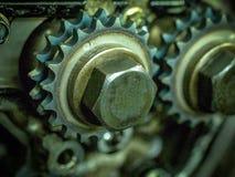 Interiores de un bloque desmontado de un motor de combustión interna con los pernos y el aceite de los engranajes imágenes de archivo libres de regalías