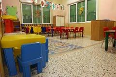 Interiores de una clase de cuarto de niños con los dibujos coloreados de niños Imagenes de archivo