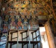Interiores del monasterio de la trinidad santa en Meteora imagen de archivo