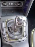 Interiores e detalhes pretos de um carro fotografia de stock
