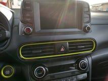 Interiores e detalhes pretos de um carro foto de stock