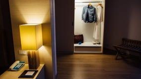 Interiores elegantes del dormitorio de la casa Foto de archivo