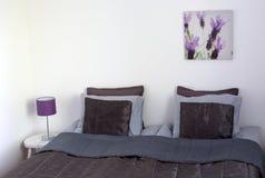 Interiores elegantes del dormitorio de la casa Fotos de archivo