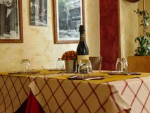 Interiores italianos acogedores del restaurante foto de archivo
