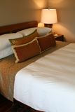 Interiores modernos - dormitorios Foto de archivo libre de regalías