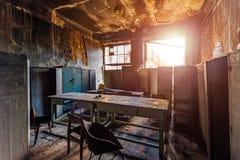 Interiores y muebles quemados en el edificio industrial o de oficinas Concepto de las consecuencias del fuego imagenes de archivo