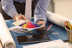 Interiorista Working con la pintura Swatch del color imágenes de archivo libres de regalías