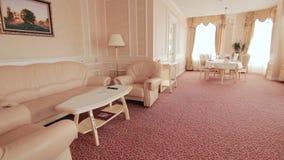 interiorvardagsrum för bild 3d Lägenhetrum och plasmatv står på rummöblemang arkivfilmer