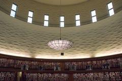 Interiour da grande, biblioteca circular foto de stock
