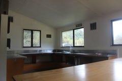 Interiour de la choza del doc. en Nelson Lakes, Nueva Zelanda fotografía de archivo libre de regalías