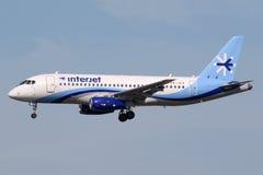 Interjet苏霍伊超音速喷气飞机100飞机迈阿密机场 库存照片