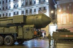 Interkontinentalballistische Rakete Topol-M Wiederholung der Militärparade (nachts), Moskau, Russland (am 4. Mai 2015) Stockfoto