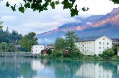 Interlaken by med vattenreflexion på den Aare floden, Schweiz Arkivbilder