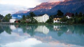 Interlaken by med vattenreflexion på den Aare floden, Schweiz Arkivbild