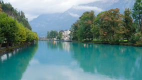 Interlaken by med vattenreflexion på den Aare floden, Schweiz Royaltyfri Fotografi