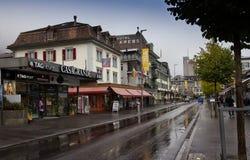 Interlaken Schweiz - Oktober 26, 2016: Huvudsaklig shoppingväg av Interlaken Arkivfoton