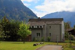 Interlaken, Suíça, casa local, grama verde Foto de Stock Royalty Free