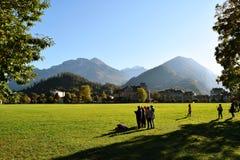 Interlaken, Suiza, las familias y los amigos divirtiéndose en el césped del thee gardeen foto de archivo