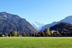 Interlaken, Svizzera, giardino immenso del prato inglese circondato dalle montagne giganti fotografia stock