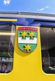 Interlaken-Wappen auf der Seite eines Bahnzugs Bernese Oberland stockfotografie
