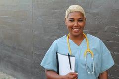 Interliniujący portret życzliwy ogólny lekarz praktykujący trzyma książeczkę zdrowia Fotografia Royalty Free