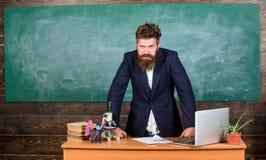 Interlocutor interessante do professor como a autoridade O homem farpado do professor diz a história assustador Fala aos estudant foto de stock royalty free
