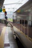 30 08 2015 885 interlokale Beperkte Sneltrein door Kyushu Railwa Royalty-vrije Stock Afbeelding