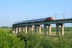 Interlokale trein op estacade royalty-vrije stock fotografie
