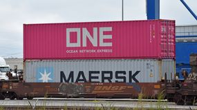 Intermodale Behälter sitzen auf geladenem freigh Zug lizenzfreies stockfoto