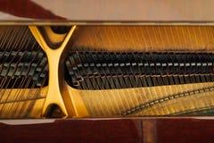 Intern mechanisme van de koorden in grote piano Stock Afbeeldingen
