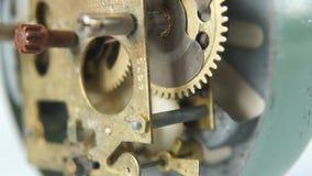 Intern mechanisme van een retro wekker stock footage