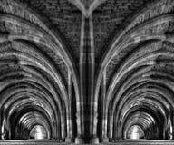 Intern spiegelbeeld van een oud klooster Stock Foto
