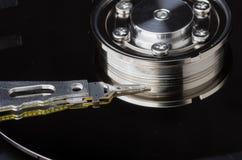 Internals de disque dur avec le champ de cablage à couches multiples et la tête Images stock