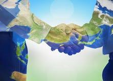 Internationaal Behulpzaam Dagconcept: Bedrijfspersonenhanddruk samen vreedzaam stock afbeeldingen