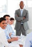 Internationaal commercieel team dat bij de camera glimlacht Royalty-vrije Stock Afbeeldingen