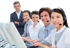 Internationaal commercieel team dat op hoofdtelefoon spreekt Stock Foto