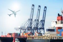 Internationaal Containervrachtschip en vrachtvliegtuig voor logistische invoer-uitvoerachtergrond royalty-vrije stock afbeeldingen