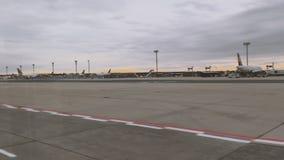 Internationaal de Luchthaventarmac van Frankfurt met vliegtuigen en bestelwagens stock video