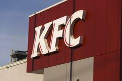 Internationaal het bedrijfembleem van het het snelle voedselrestaurant van KFC op 25 Februari, 2017 in Praag, Tsjechische republi Stock Foto's