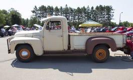 1952 Internationaal l-120 Vrachtwagen zijaanzicht Stock Afbeeldingen
