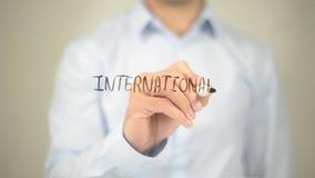 Internationaal, Mens die op het transparante scherm schrijven royalty-vrije stock foto's