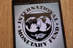 Internationaal Monetair die Fondsenembleem op een moderne smartphone wordt getoond stock fotografie