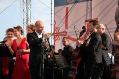 Internationaal Russisch Italiaans Operakwintet op het open stadium van festivalopera van Kronstadt vijf zangers van de sterren va Royalty-vrije Stock Foto