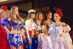 International della sig.na che porta costume nazionale Immagini Stock