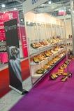 International specialiserad utställning för skodon, påsar och skor för tillbehörMos Shoes Moscow innegrej Fotografering för Bildbyråer