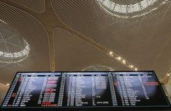 Internationale Abfahrtstafel des Flughafens an Istanbul-Flughafen, der internationale haupts?chlichflughafen, der Istanbul, die T lizenzfreies stockfoto