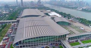 Internationale Ausstellung Bezirk-Messe Schattenbild des kauernden Gesch?ftsmannes Angemessene Ansicht China-Importes und -export stock video footage
