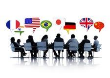 Internationale Bedrijfsmensen die een Vergadering hebben stock foto