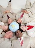 Internationale bedrijfsmensen die op de vloer liggen Royalty-vrije Stock Foto