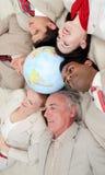 Internationale bedrijfsmensen die op de vloer liggen Royalty-vrije Stock Fotografie